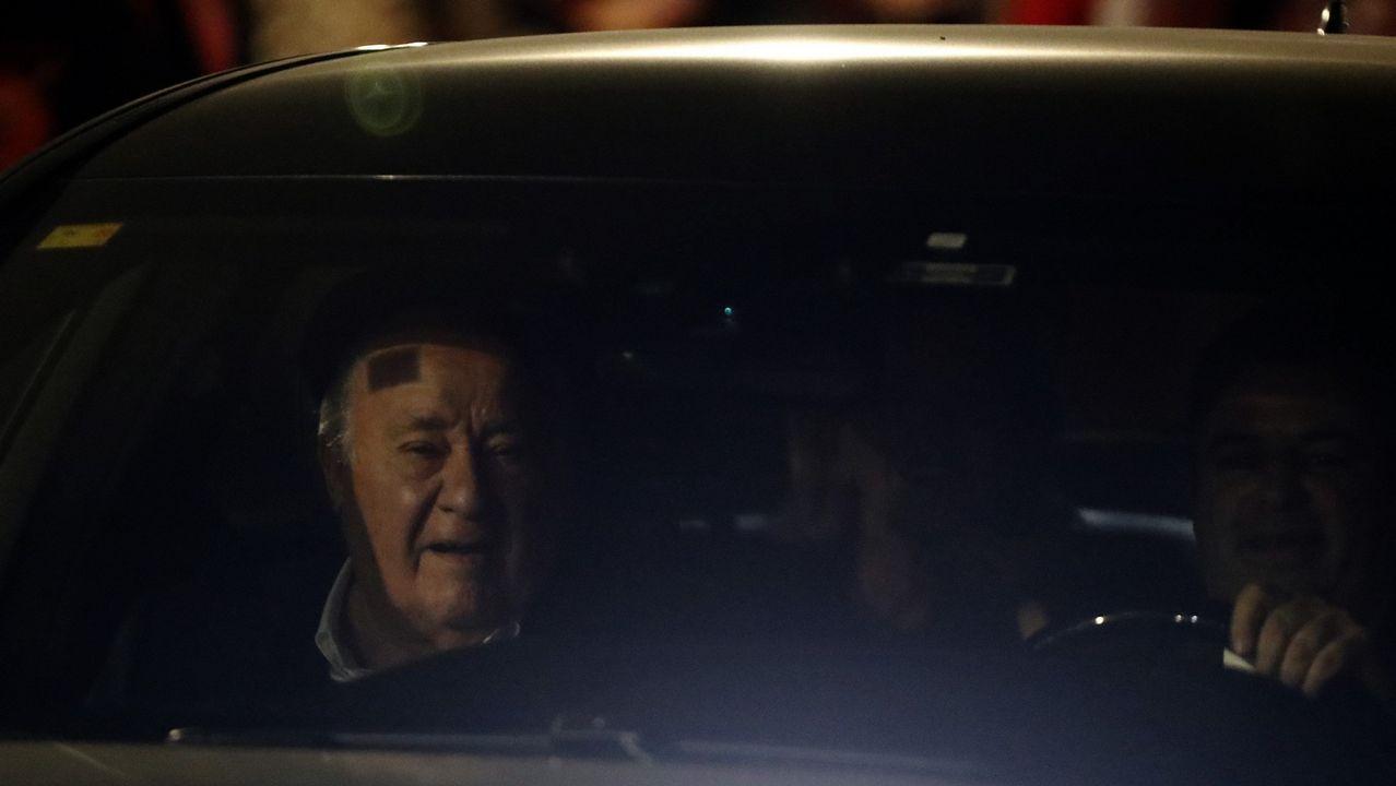 Amancio Ortega llega al Real Club Náutico de A Coruña en coche.