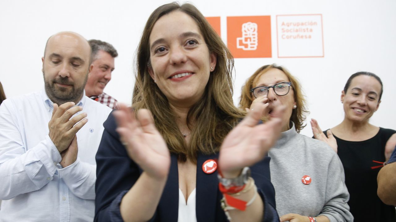 Los carteles electorales se resisten a decir adiós.Abel Caballero celebra con los suyos en la sede del PSOE vigués su clamoroso éxito electoral