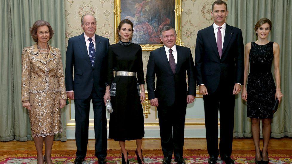 Para la cena en el Palacio de El Pardo tanto la reina Letizia como Rania se decantaron por un vestido negro, pero de diferentes estilo.
