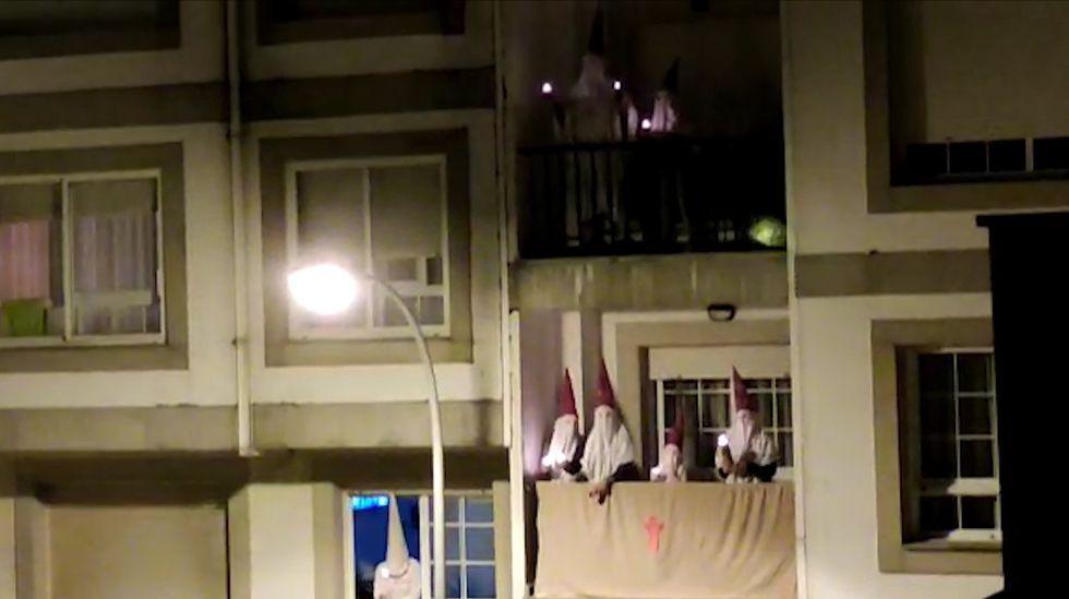 Procesiones de semana santa en Sanxenxo desde las ventanas.Un furtivo sorprendido pescando hace escasos días.