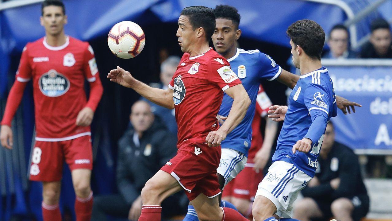 Gol Barcenas Jimmy Real Oviedo Deportivo Carlos Tartiere.Jimmy pugna por un balón con Pedro en el Oviedo-Deportivo de la 18/19