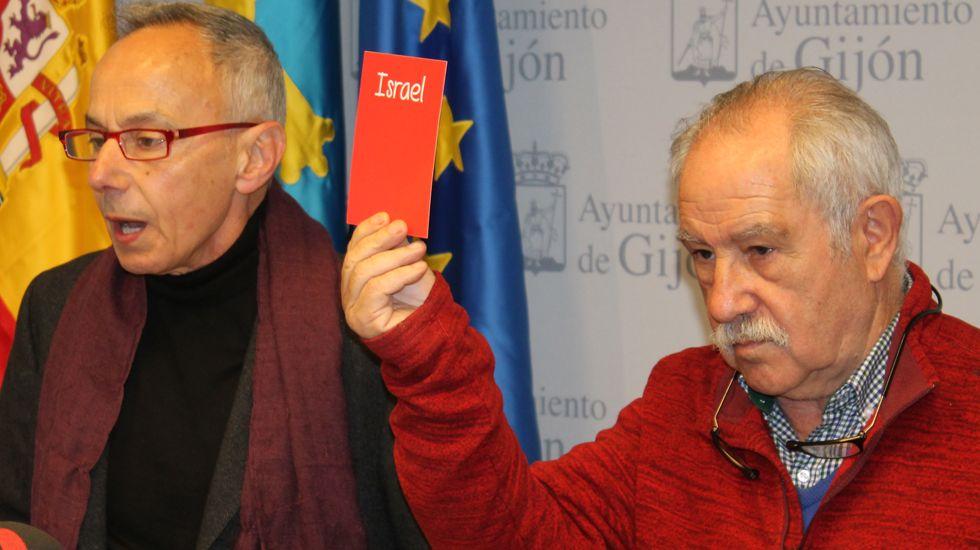 Ángel Alonso y Miguel Ángel San Miguel, que muestra la tarjeta contra la Selección israelí