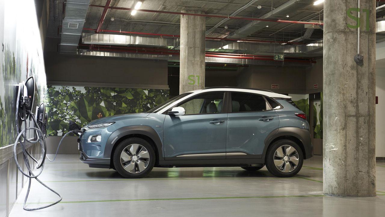 Hyundai eléctrico en un punto de recarga