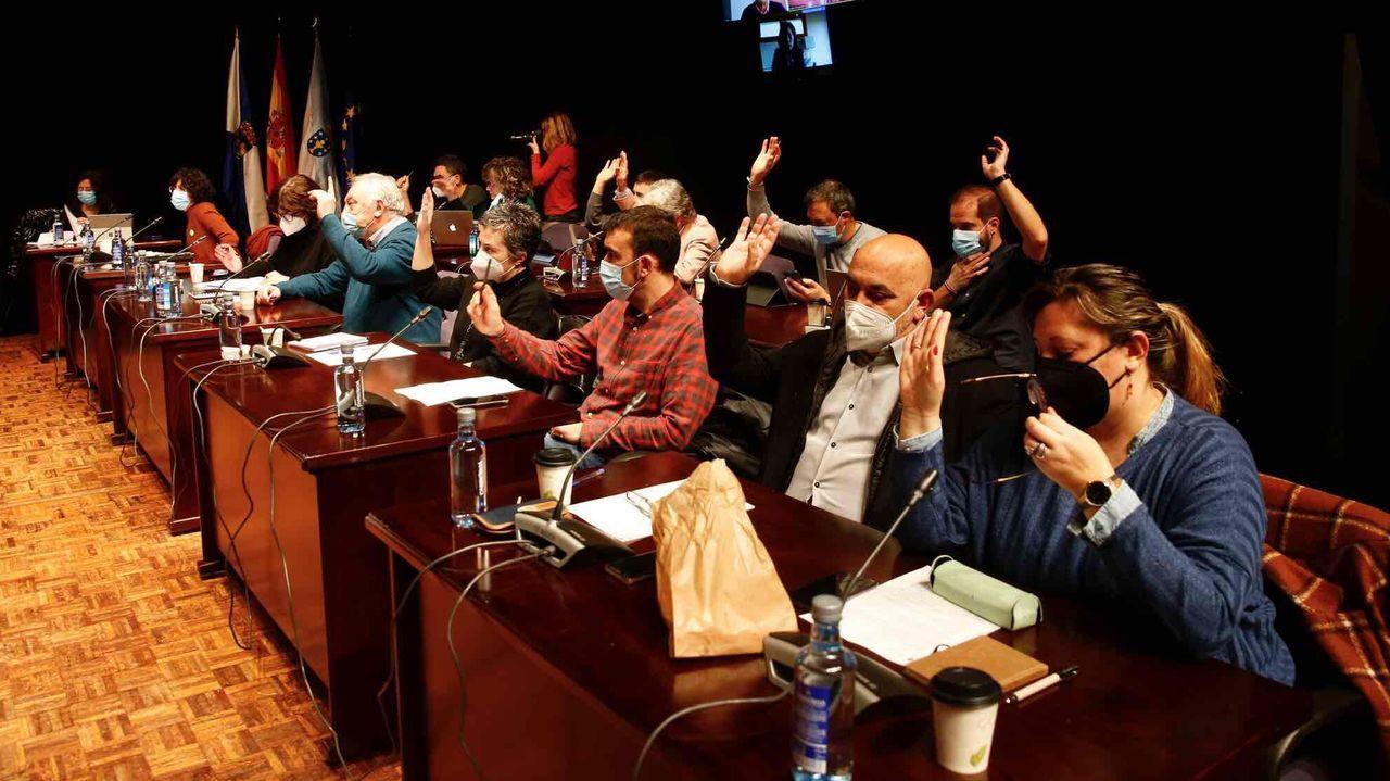 El paso de Karim por Pontevedra en imágenes.Los votos de los concejales del BNG y del PSOE bastaron para retirar la calle a Juan Carlos I