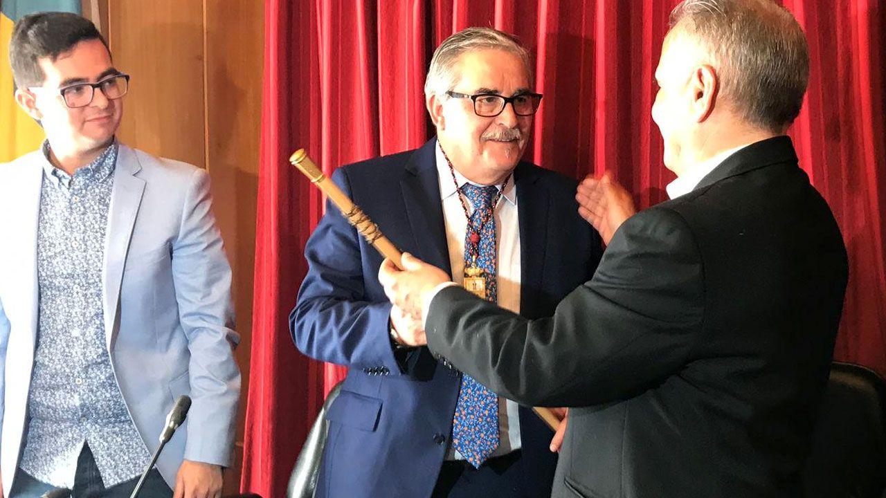 El padre Ángel y la ruta del agradecimiento.Aníbal Vázquez recibe el bastón de mando durante el pleno de investidura en el ayuntamiento de Mieres