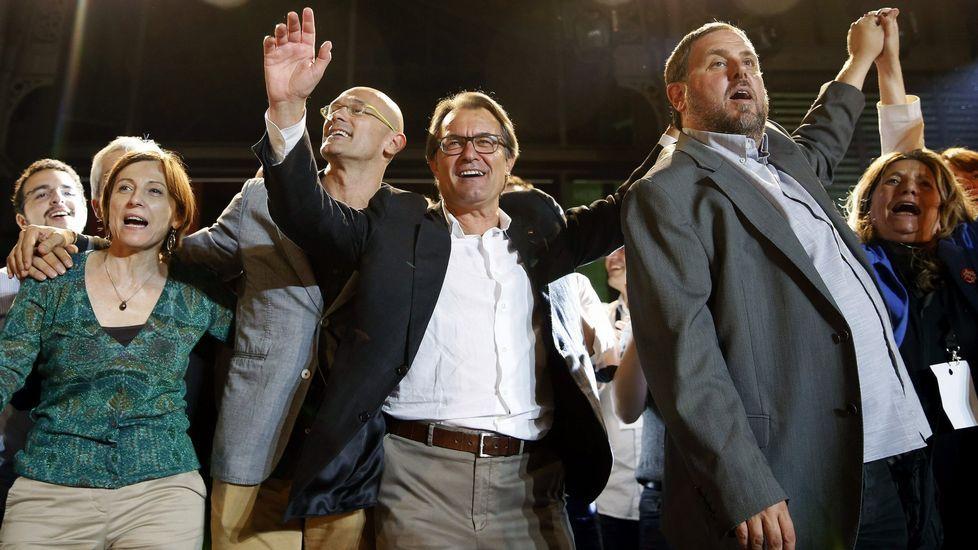 Junqueras se ofrece para mediar.Romeva, Mas y Junqueras, celebrando en la noche electoral del 27S.