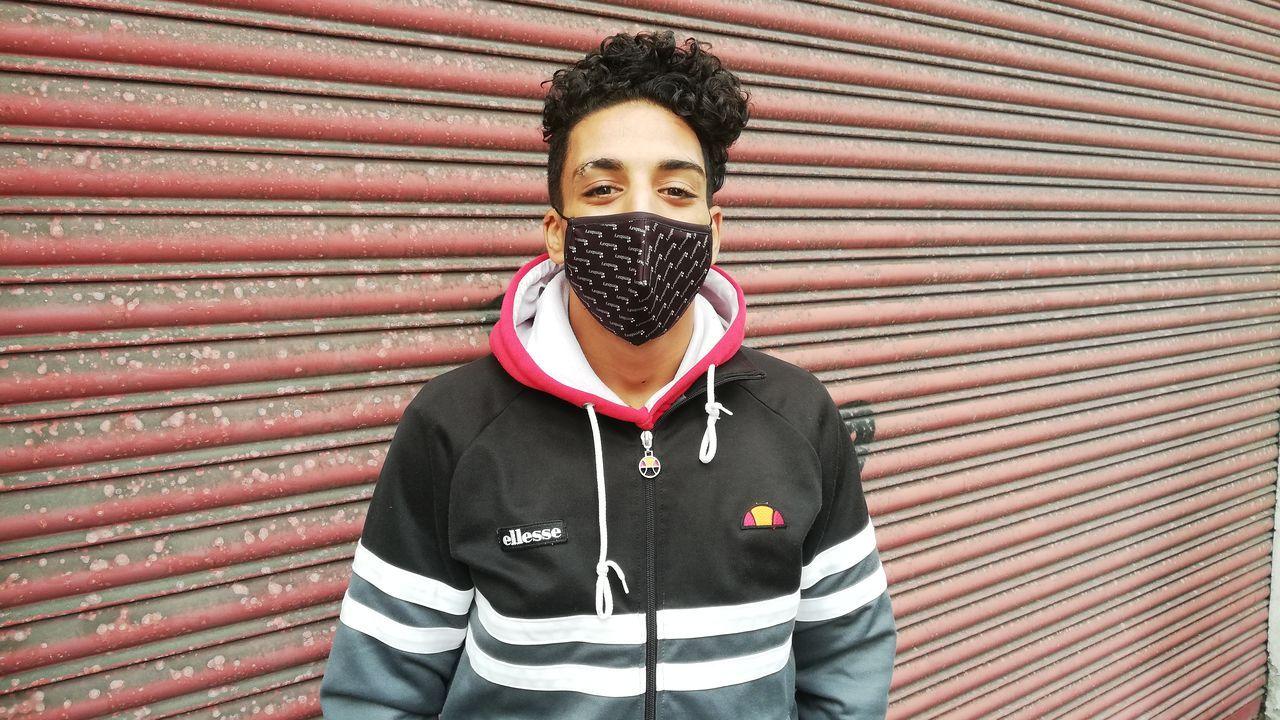 Hamza, a las puertas del edificio okupado de la Falperra