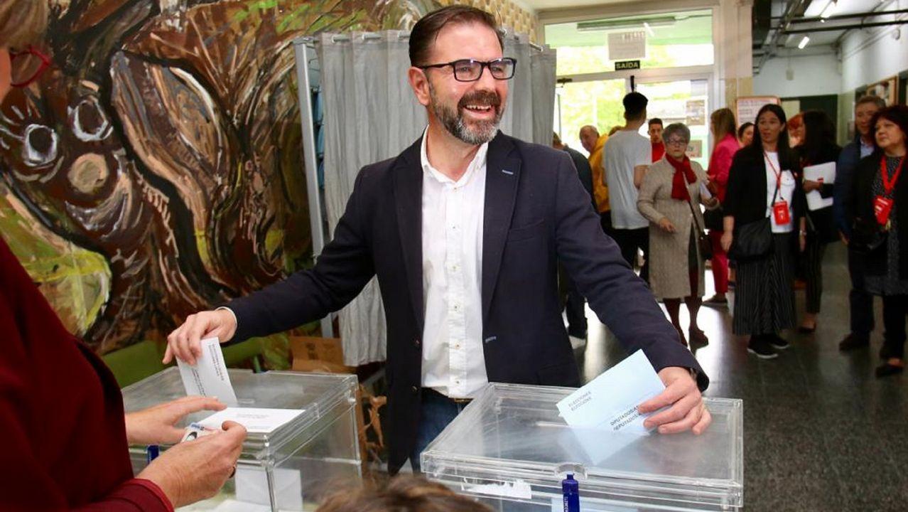 Ángel Mato, candidato del PSOE a la alcaldía de Ferrol, votó en el IES Canido