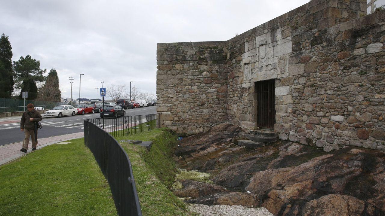La AC-12 comienza a perder carriles por las obras en el cruce del Sol y Mar.Muralla y puerta de la Ciudad Vieja de A Coruña.