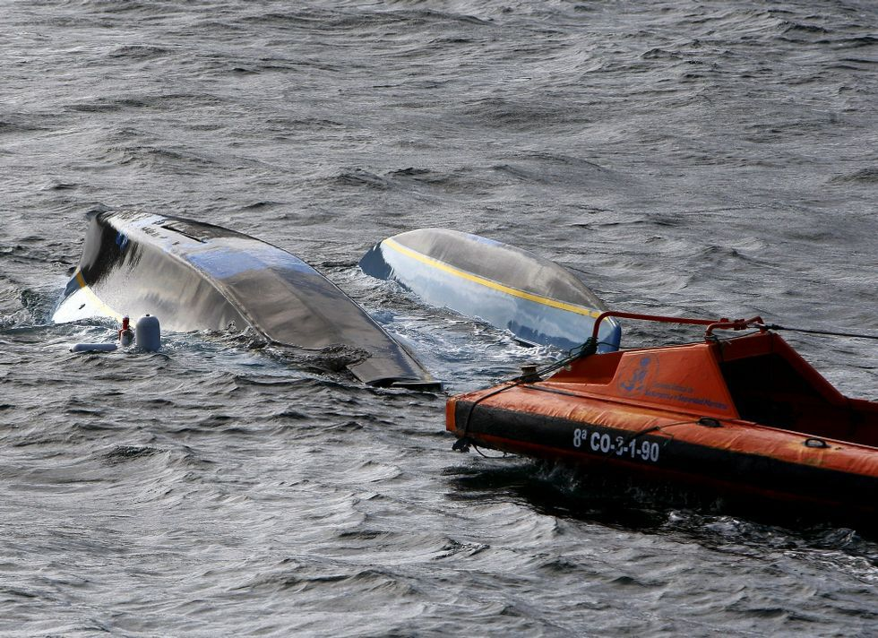 Espectacular rescate de Salvamento Marítimo a un padre y un hijo encallados en Tazones.Playa de la Ñora
