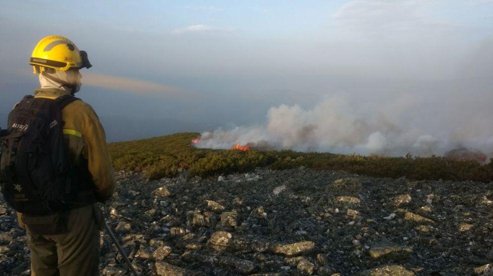 Un trabajador de las BRIF en el incendio de Seroiro, en Ibias.Un trabajador de las BRIF en el incendio de Seroiro, en Ibias