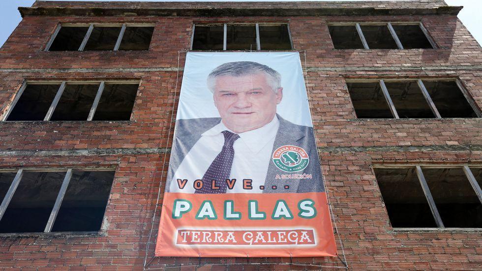 «Volve Pallas» El regreso de Pallas como candidato de Terra Galega en Carballo habría pasado desapercibido si no fuera porque decidió anunciarlo colgándose de la fachada de un edificio que es el perfecto ejemplo del feísmo en Carballo. Y ahí tienen al candidato.