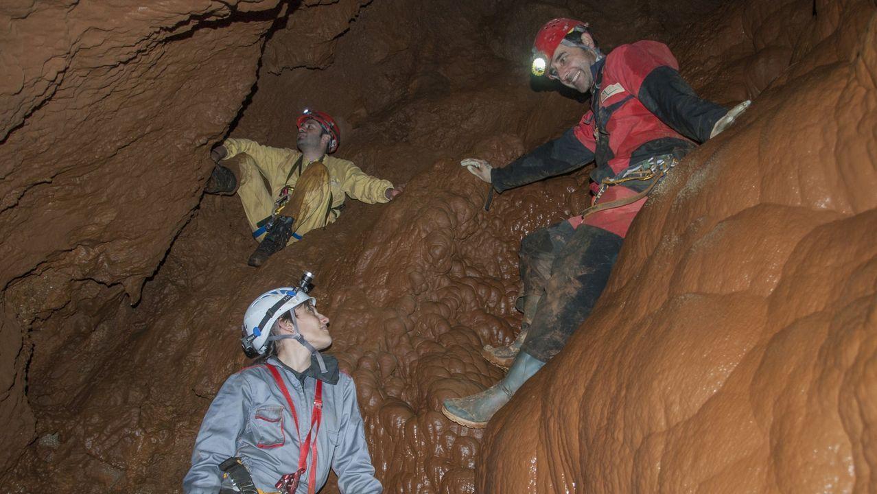 Un grupo de espeleólogos en la cueva de Reibarba, cerca de la localidad de Visuña, una de las numerosas grutas calizas de la sierra de O Courel