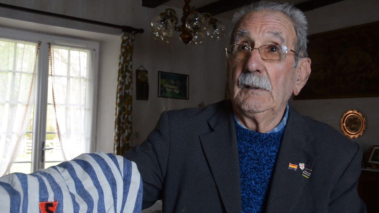 monumento víctimas nazismo.Vicente García conserva su traje de prisionero de Buchenwald