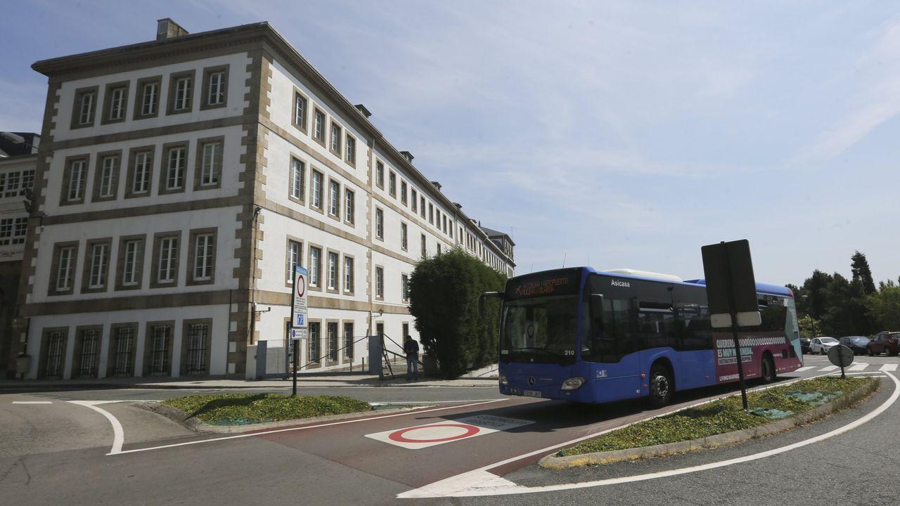 Marcha por la diabetes en A Coruña.Bus pasando ante el Hospital Abente y Lago