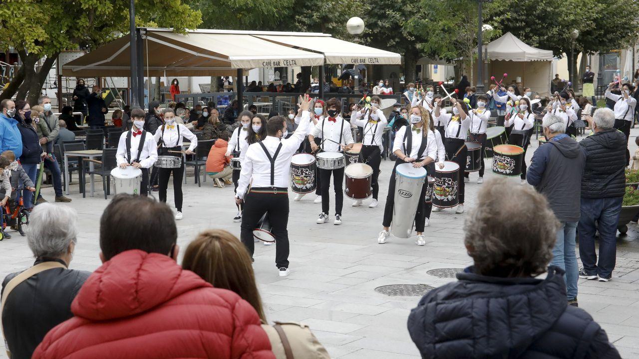 El grupo Tambukada llevó su percusión por el recinto histórico