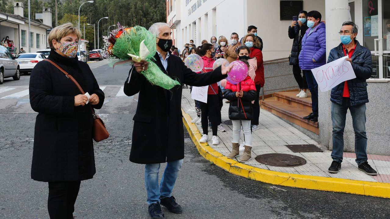 O mestre Enrique Penabad, este martes ao inicio da emotiva homenaxe que lle brindou a xente do Valadouro polas rúas, e mantendo as medidas de seguridade polo covid-19, «por tantos anos de esforzo e dedicación» aos nenos do municipio
