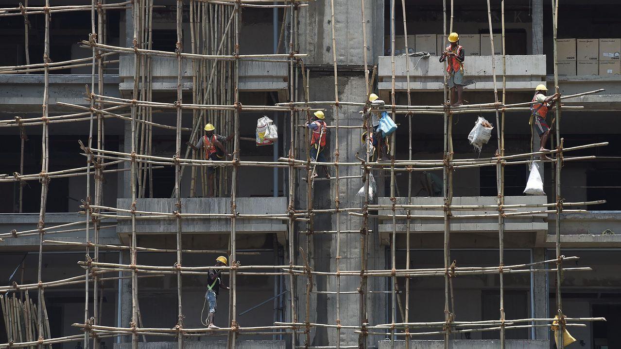Albañiles indios trabajan en la construcción de un edificio en Bombay