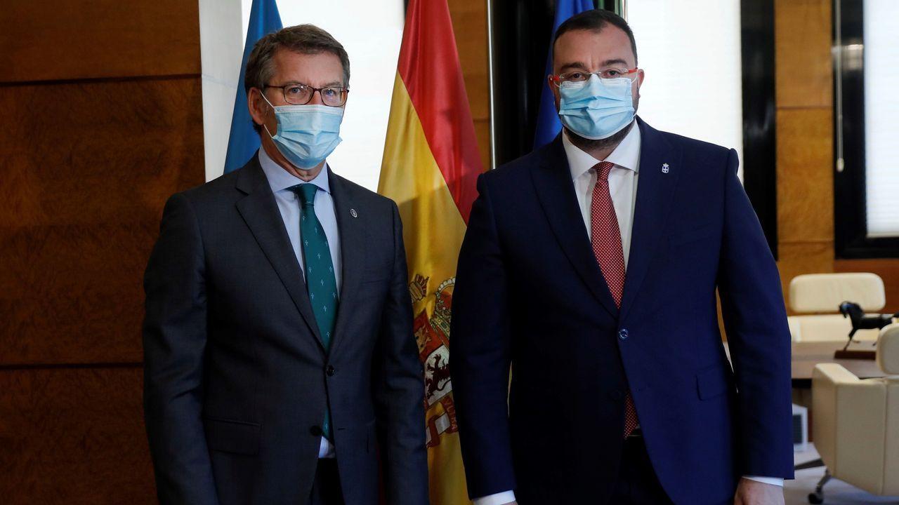 El presidente de la Xunta de Galicia, Alberto Núñez Feijoo, con su homólogo del Principado de Asturias, Adrián Barbón