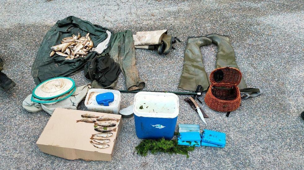 Primer adelanto de  Live is Life .Material incautado por la Guardia Civil al pescador de Quiroga