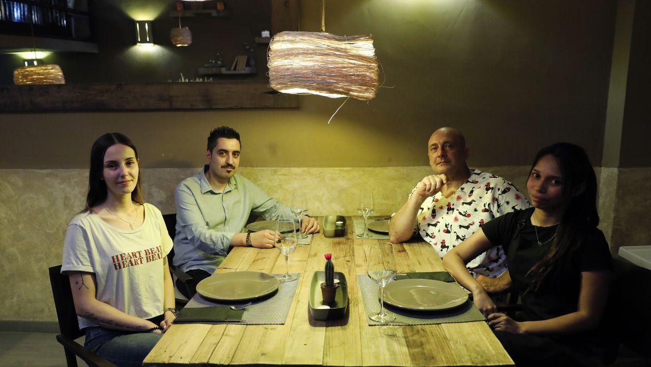 Mitin de Pedro Sánchez en Ourense.El equipo del Isabella en uno de los salones del restaurante