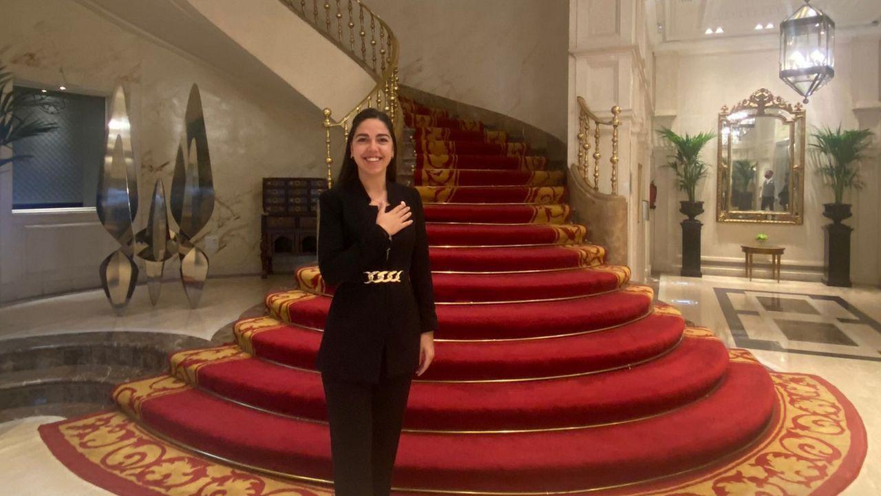 Vidal, en la espectacular entrada del Hotel Fénix de Madrid, uno de los más importantes de España