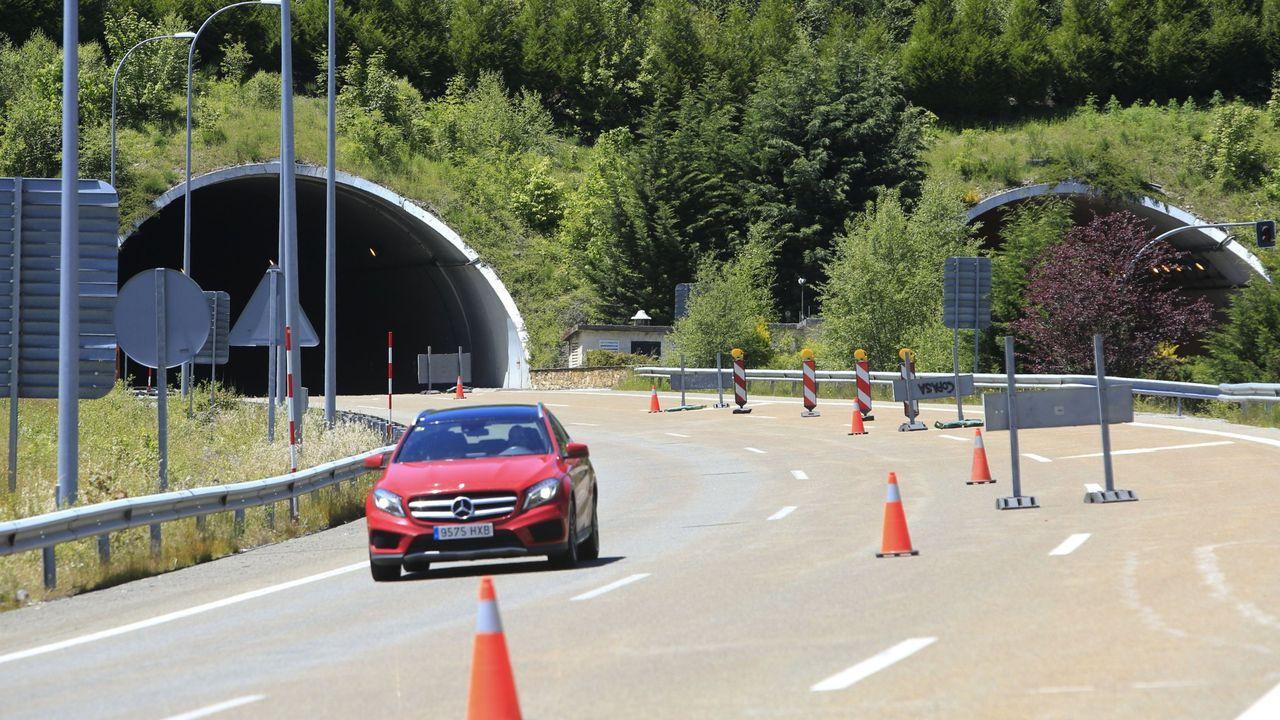 La autovía del Noroeste a su paso por Pedradita do Cebreiro, con el túnel al fondo