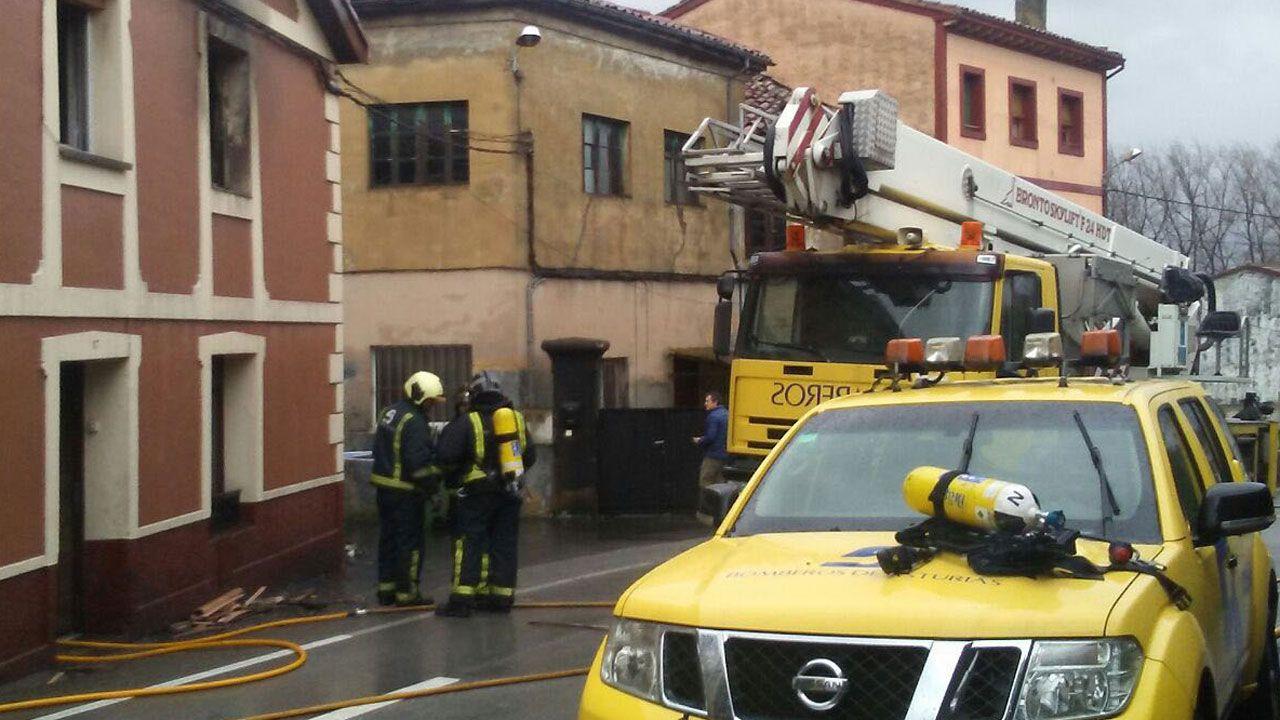 Un momento de la actuación de los bomberos en el incendio registrado en Noreña