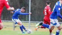 Sandoval golpea un balón en el Vetusta-Cultural