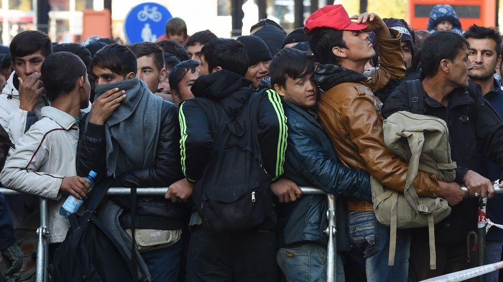 Miles de refugiados atrapados en la frontera con Macedonia.Atentado en Mogadiscio