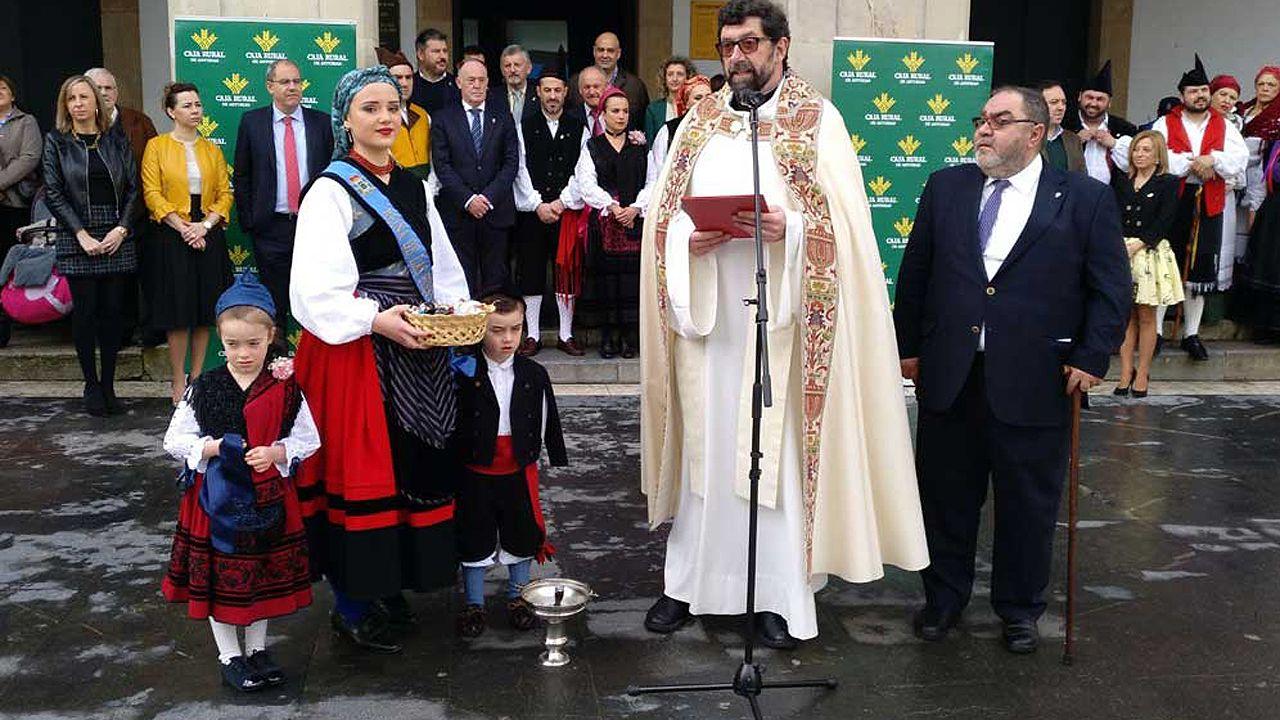 Ceremonia de los Güevos Pintos, del 2018, con Jenaro Soto junto al párroco de Pola de Siero, Juan Manuel Hevia-