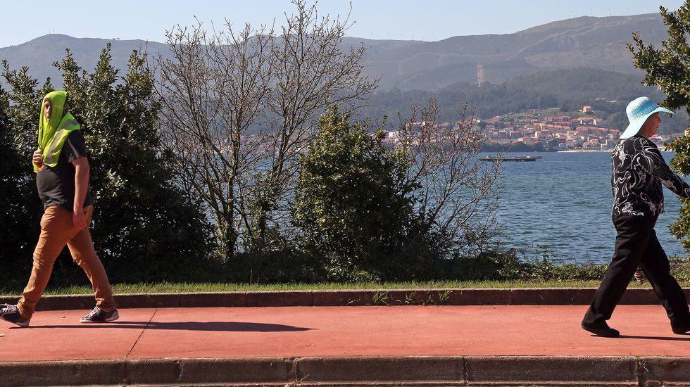 Vecinos de Boiro paseando junto al mar