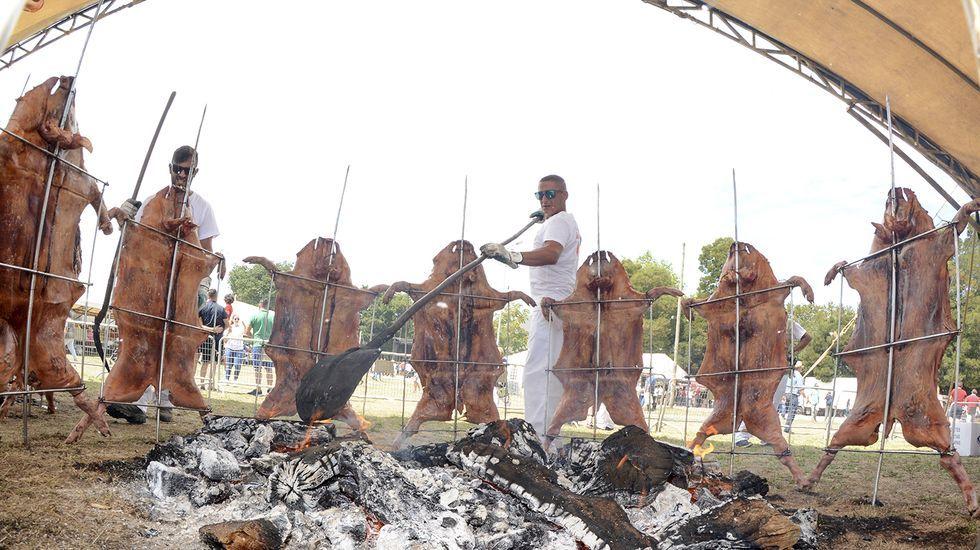 Festa do Porquiño á Brasa en Amil.Durante los meses de vacaciones, la plaza de la aldea de A Reguenga acoge ciclos de cine improvisados