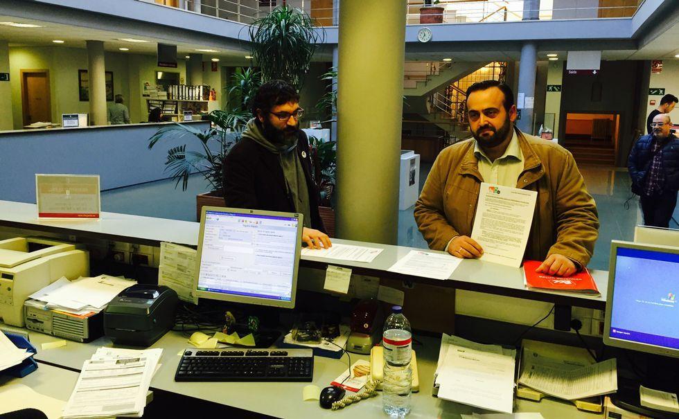 Fajardo y López registraron ayer las alegaciones de EU a las tasas.