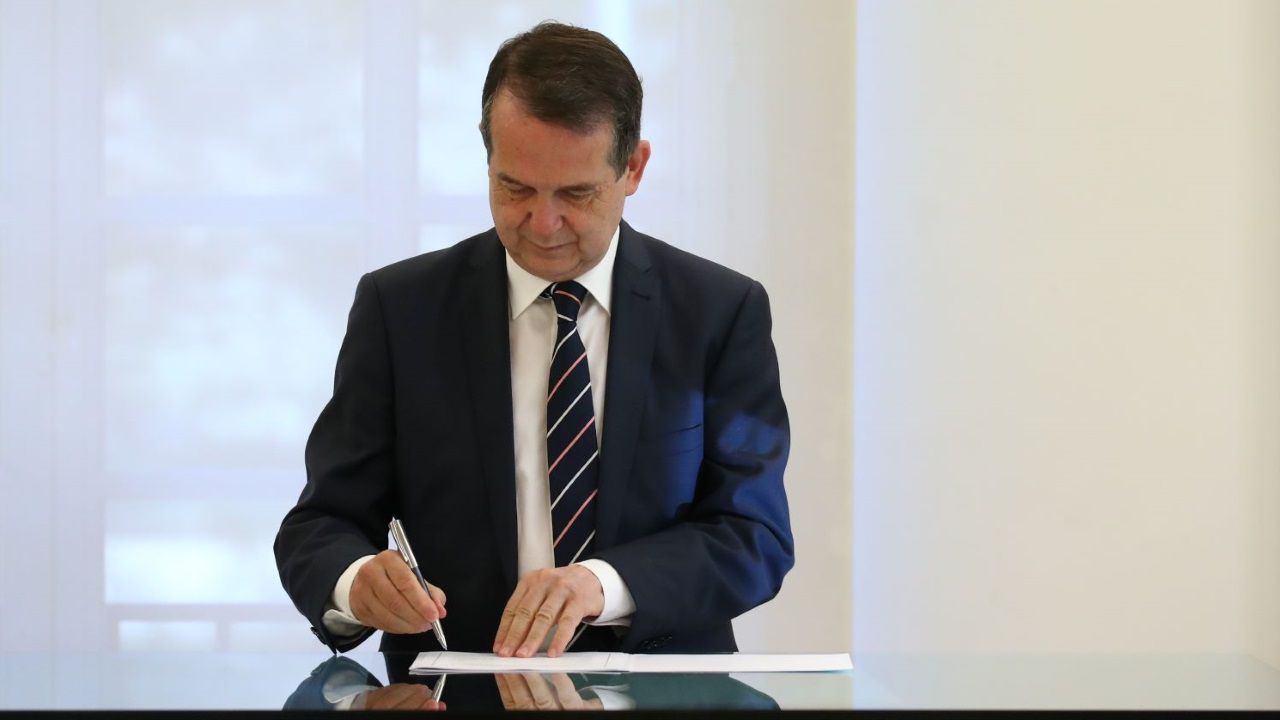 Abel Caballero firmando el acuerdo para el uso de los remanentes municipales en La Moncloa