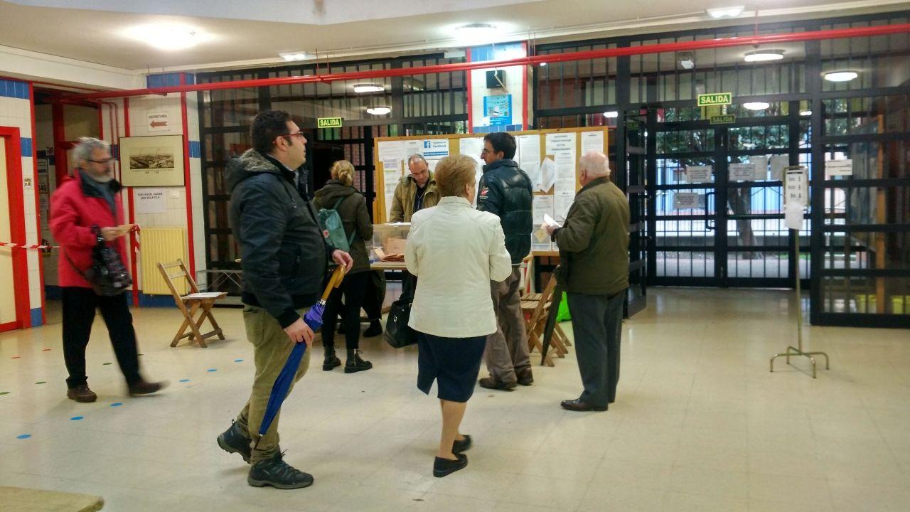 El 10N pasado por agua en A Mariña.Votantes en el colegio de Laviada de Gijón