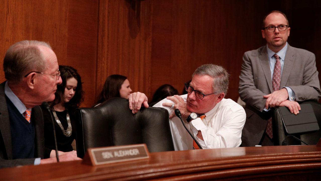 El senador Richard Burr se dirige al presidente del  Comité de Salud del Senado antes de una audiencia para discutir cómo responder al coronavirus