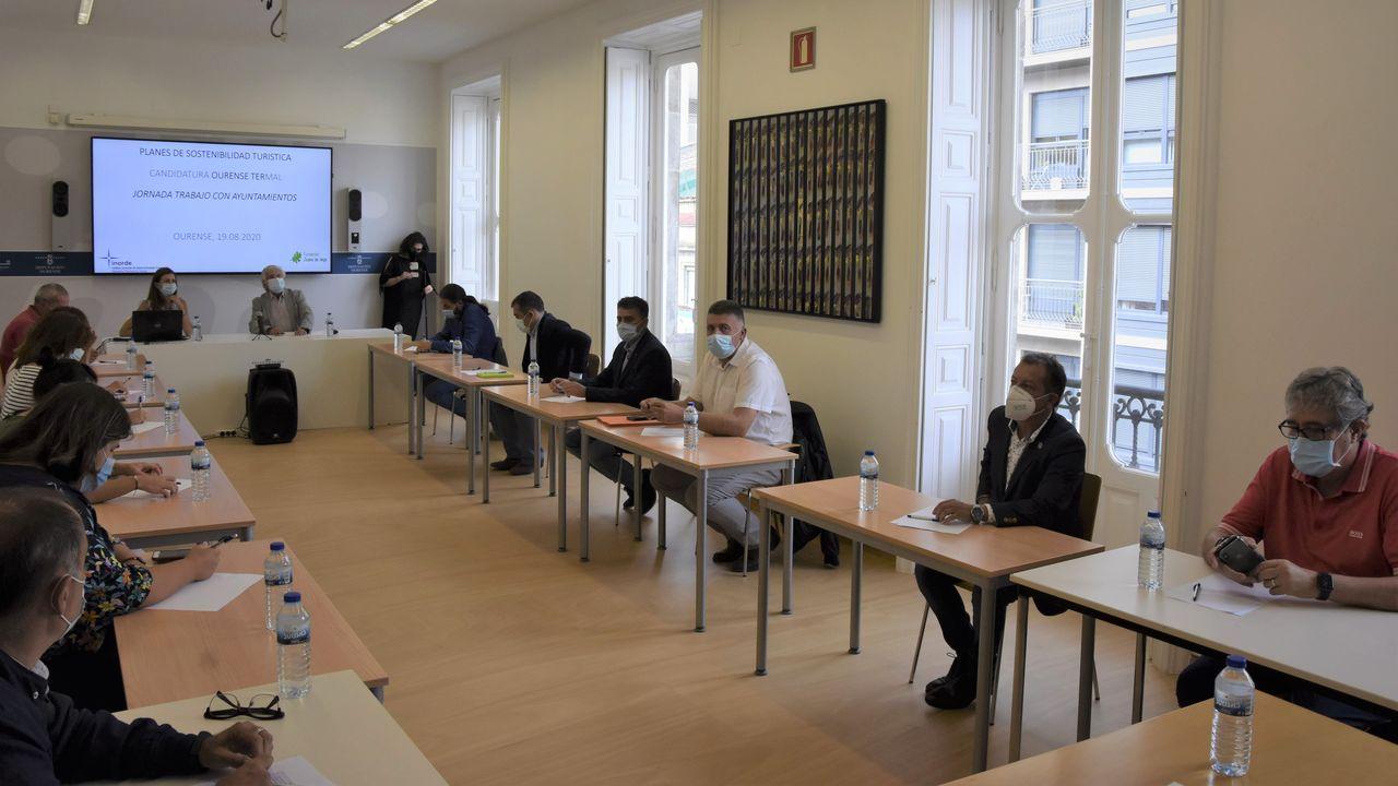Los medios de extinción trabajan en Vilariño de Conso.Reunión de Rosendo Fernández con representantes de trece concellos sobre el plan turístico de la Diputación