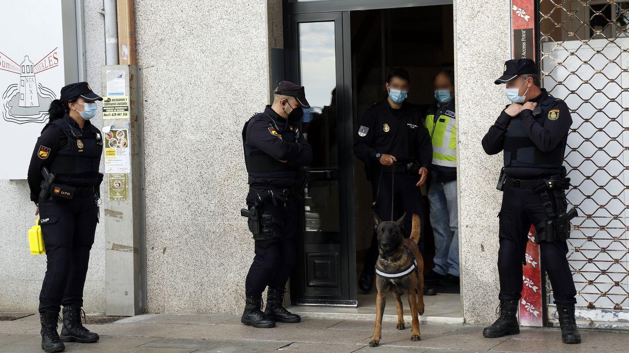 Registro de la Policía Nacional en un piso delMalecón de Ribeira en una operación antidroga.Imagen de la alameda de A Pobra, concello que entrará en máximas restricciones mañana