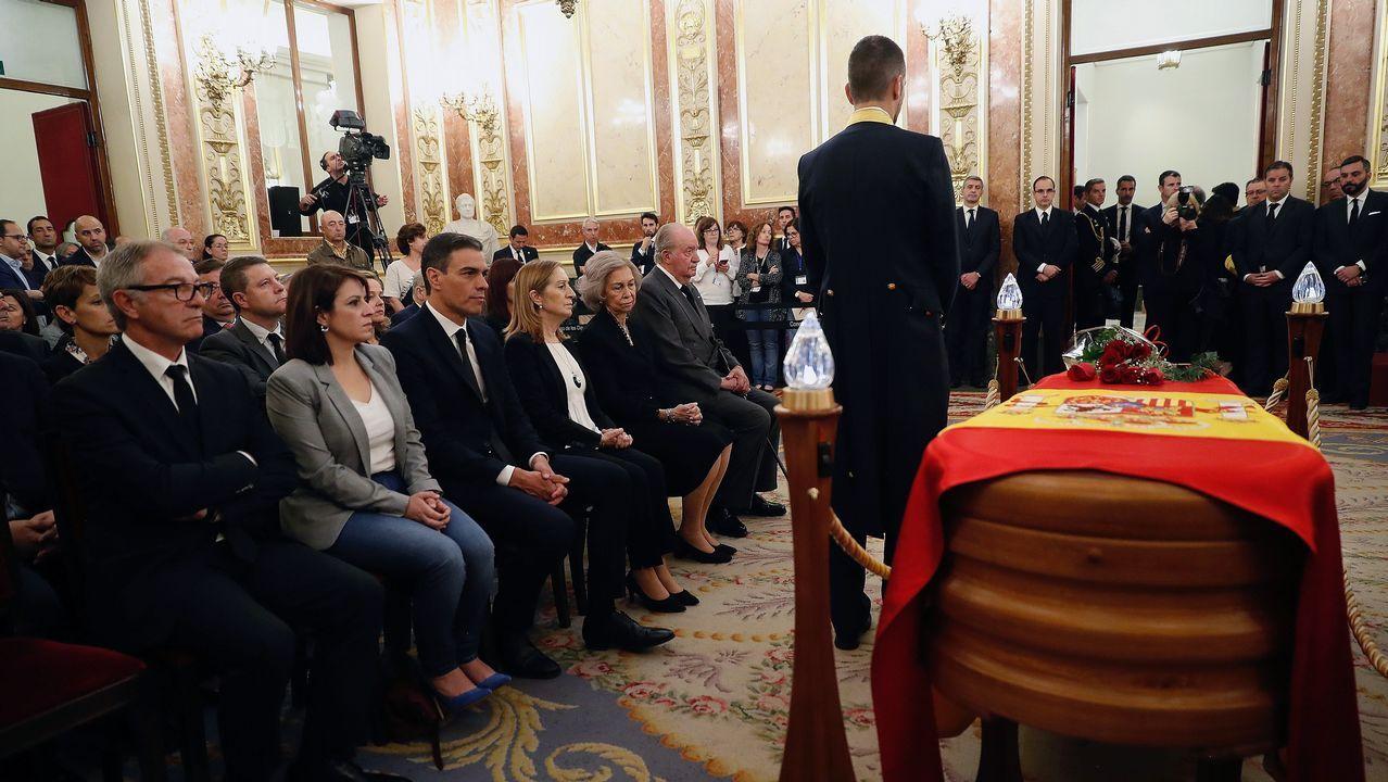 El Rey con los cuatro expresidentes de la democracia.El féretro de Alfredo Pérez Rubalcaba, en el Salón de los Pasos Perdidos del Congreso