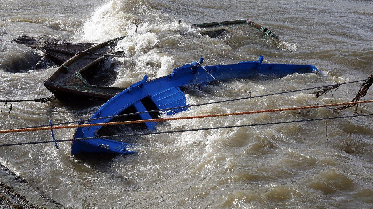 Los marineros intentan poner a salvo sus embarcaciones en el puerto de O Xufre
