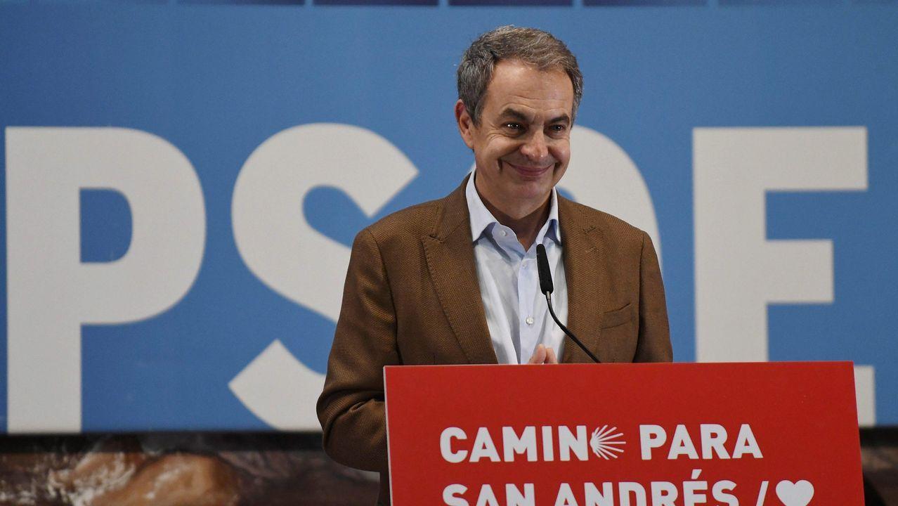 El Rey con los cuatro expresidentes de la democracia.Santiago Abascal ofreció este jueves una rueda de prensa en el Congreso de los Diputados