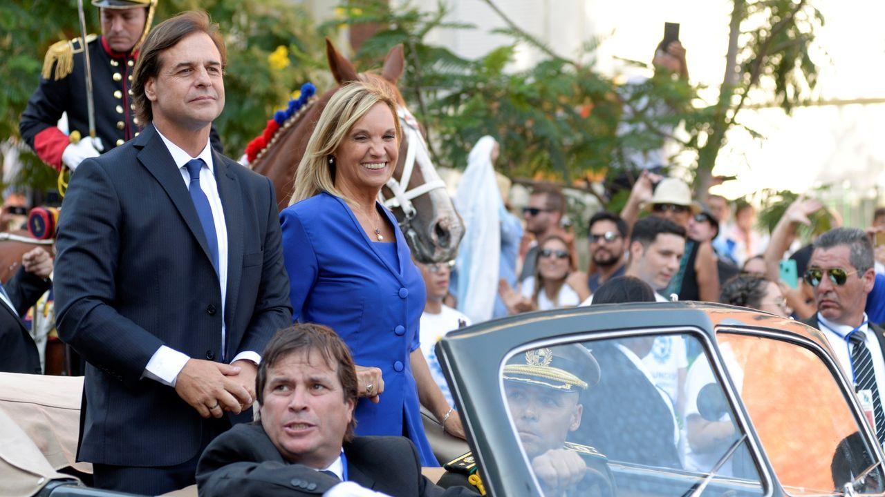 El día de su jura, Lacalle recorrió las calles de Montevideo subido en un Ford V8 de 1937, heredado de su bisabuelo, y con el que su padre, expresidente, ya había desfilado en 1990.
