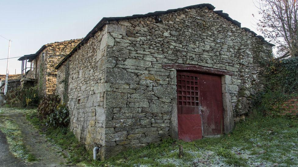 Antiguas bodegas en la aldea de A Cruz