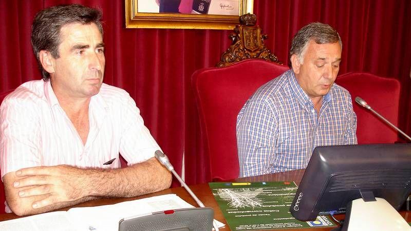 Recogida de castañas en el «souto» de Castro Portela, en Folgoso do Courel, por una pareja que decidió instalarse en la zona.