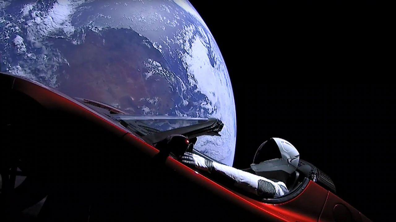 El viaje del Tesla Roadster por el espacio, en vivo.La sonda Viking Lander 1 despejó cualquier duda. Minutos después de amartizar en Chryse Planitia  el 20 de julio de 1976, envió esta histórica fotografía, que La Voz reprodujo en su primera página.  Hizo muchas más, pero solo había en ellas polvo y rocas. Ni rastro de vida.