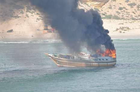 Imagen facilitada por la OTAN del «dhow» ardiendo en el Índico tras ser alcanzado por un proyectil.