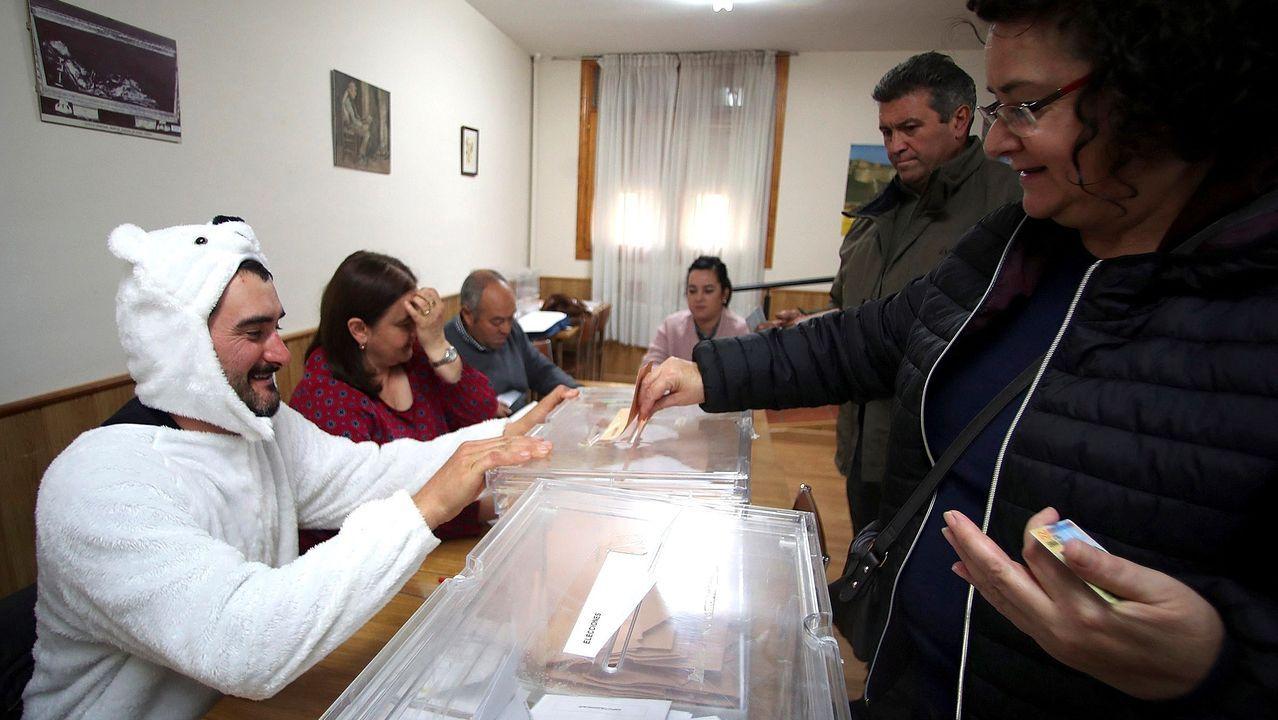 Los candidatos de Asturias votan.Santiago Abascal