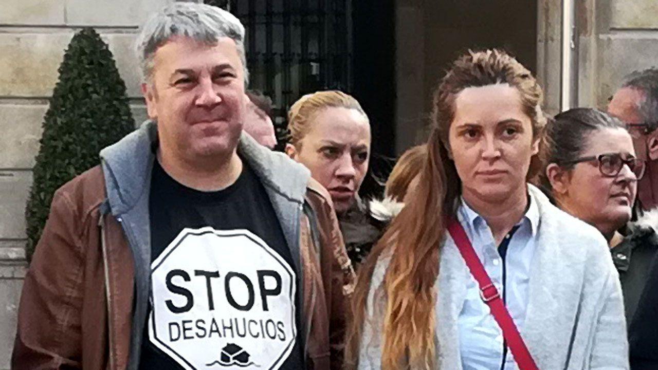 Nacho Vegas canta con activistas de la PAH en un encierro en una oficina bancaria en Gijón, para frenar un desahucio.Carla Trevilla junto a Miguel Ángel García, de la PAH