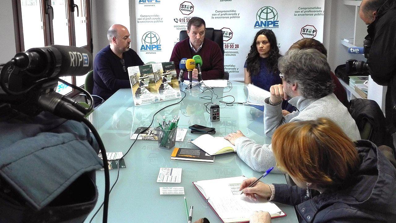 El presidente de ANPE-Asturias, Gumersindo Rodríguez, en el centro, presenta la campaña de promoción de la escuela pública.El presidente de ANPE-Asturias, Gumersindo Rodríguez, en el centro, presenta la campaña de promoción de la escuela pública
